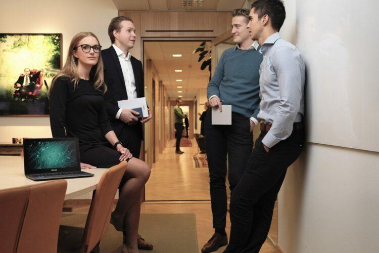 Mjukvaruroboten Robbie tillsammans med teamet som består av Agneta Jakas Rosengren som leder Öhmans digitala initiativ, Markus Lundberg som projektleder teknisk utveckling och utvecklarna Samuel Jangenstål och Felix Kuritzén.